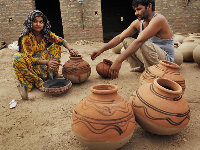 Modern-day pottery in Rakhigarhi bear resemblance to the ones found in excavation. (Saumya Khandelwal/ HT Photo)