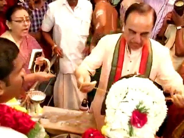 BJP-leader-Subramanian-Swamy-instead-of-handing-over-the-mangalsutra-to-the-groom-approached-the-bride-with-the-intention-of-tying-the-knot-himself-in-a-Tamil-wedding-Photo-Screen-grab-from-News-7-Tamil-news-channel