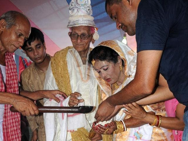 Shantanu-Kumar-Roy-ties-knot-with-Manju-Sinha-Roy-at-an-old-age-home-in-Guwahati-Ujjal-Deb-HT-Photo