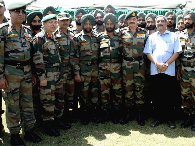 Defence-minister-Manohar-Parrikar-on-Saturday-visited-forward-areas-along-the-Line-of-Control
