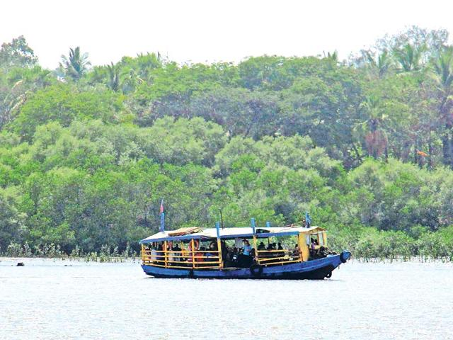 Ferry-from-Marve-Beach-in-Malad-takes-you-to-Manori-Pramod-Thakur-HT-photo