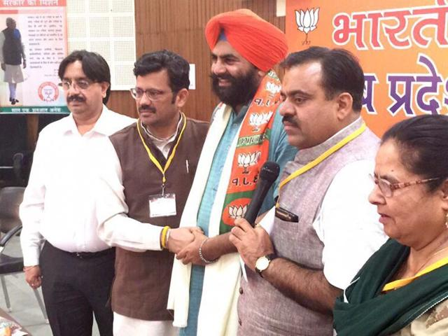 People-s-Party-of-Punjab-general-secretary-Yadwinder-Buttar-centre-from-Patti-joins-BJP-in-the-presence-of-Punjab-BJP-president-Kamal-Sharma-2nd-from-left-HT-Photo