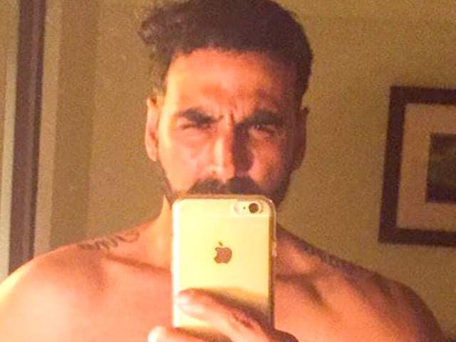 Akshay-Kumar-goes-shirtless-for-a-selfie-Photo-Twitter