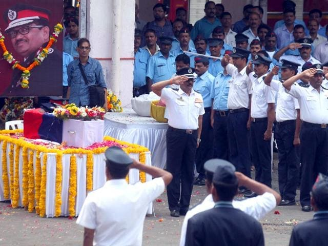 Mumbai-firemen-pay-their-last-respects-to-chief-fire-officer-Sunil-Nesarikar-at-Byculla-Nesarikar-who-had-sustained-50-burn-injuries-in-the-Kalbadevi-blaze-died-at-the-National-Burns-Centre-in-Airoli-Kunal-Patil-HT-photo