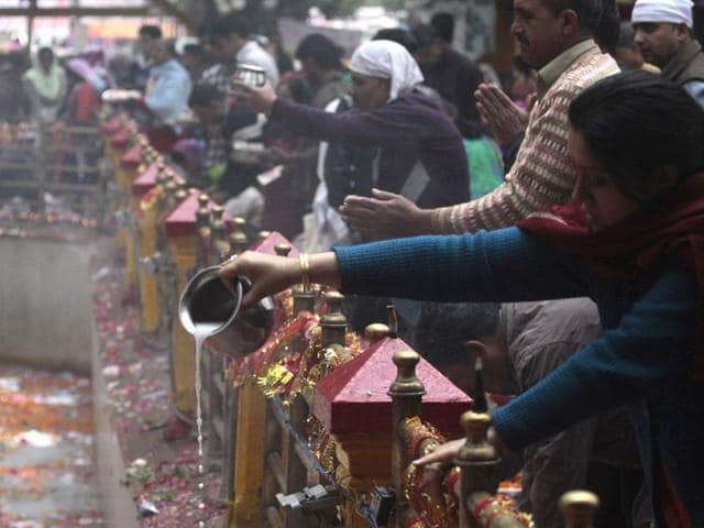 Devotees-pour-milk-into-a-sacred-spring-during-the-annual-Hindu-festival-at-the-Kheer-Bhawani-Temple-at-Tulla-Mulla-Ganderbal-Waseem-Andrabi-HT