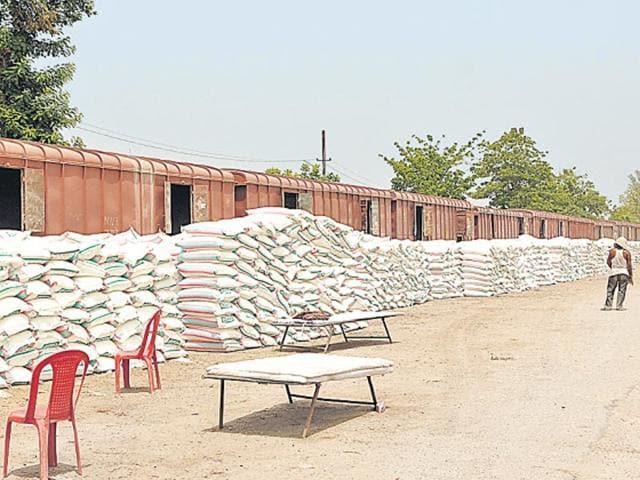 Heap-of-fertiliser-sacks-that-has-arrived-in-Amethi-Smriti-Irani-told-people-she-made-it-possible-in-10-days-Ashok-Dutta-HT-Photo