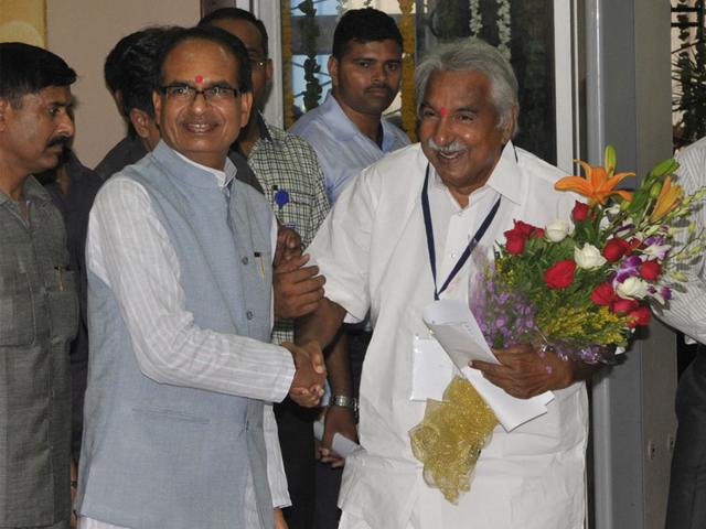 CM-Shivraj-Singh-Chouhan-welcomes-his-Kerala-counterpart-Oommen-Chandi-during-the-NITI-Aayog-sub-group-meeting-in-Bhopal-on-Thursday-Praveen-Bajpai-HT