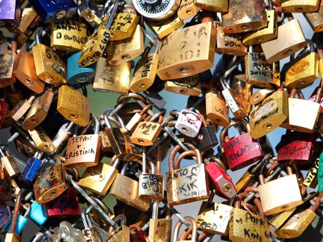 A-couple-locks-a-padlock-on-the-Pont-des-Arts-on-May-29-2015-in-Paris-as-the-Paris-municipalty-announced-that-the-bridge-s-fences-have-to-be-removed-due-to-the-overload-AFP-Photo-Charly-Triballeau