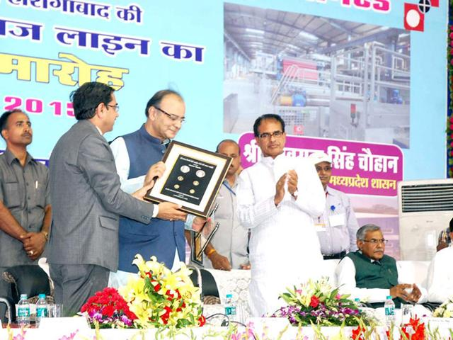 Union-finance-minister-Arun-Jaitley-and-CM-Shivraj-Singh-Chouhan-during-inauguration-of-the-new-bank-note-line-at-Security-Paper-Mill-Hoshangabad-on-Saturday-HT-photo