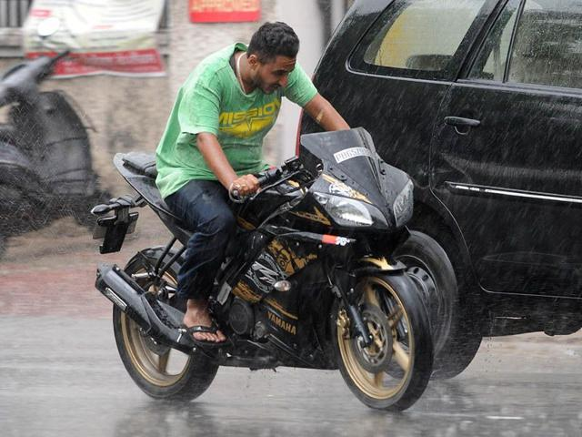 A-commuter-caught-in-rain-in-SAS-Nagar-Gurminder-Singh-HT