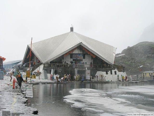 Hemkund-Sahib-Photo-Courtesy-Wikipedia