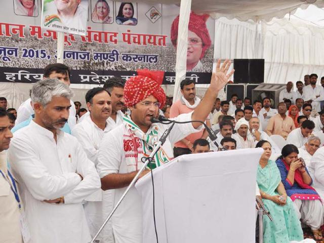 Haryana-Congress-president-Ashok-Tanwar-addressing-a-public-meeting-on-the-concluding-day-of-the-party-s-Kisan-Mazdoor-Samvad-Yatra-at-the-old-grain-market-in-Karnal-on-Monday-CL-KASHYAP