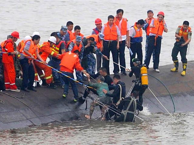 A-survivor-is-rescued-by-divers-from-the-Dongfangzhixing-or-Eastern-Star-vessel-which-sank-in-the-Yangtze-river-in-central-China-AFP-Photo