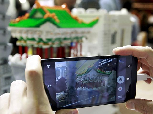 A-visitor-takes-pictures-with-ASUS-ZenFone-Selfie-during-the-2015-Computex-exhibition-at-the-TWTC-Nangang-exhibition-hall-in-Taipei-Photo-Reuters