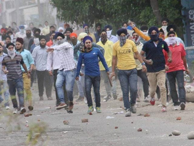 Sikh-protesters-pelting-stones-at-police-officials-after-they-removed-a-poster-of-Jarnail-Singh-Bhindranwale-at-Rani-Ragh-near-the-airport-in-Jammu-Photo-courtesy-PTI