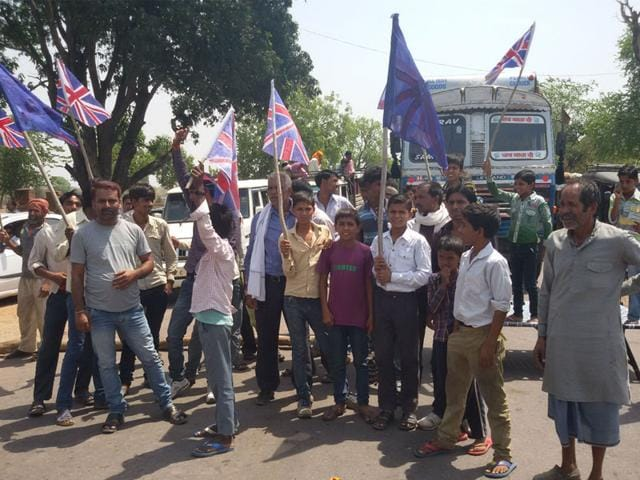 Residents-of-Para-Chowki-in-Chhatarpur-district-wave-British-flags-on-Friday-to-lodge-their-protest-against-power-cuts-in-the-area-Subodh-Tripathi-HT