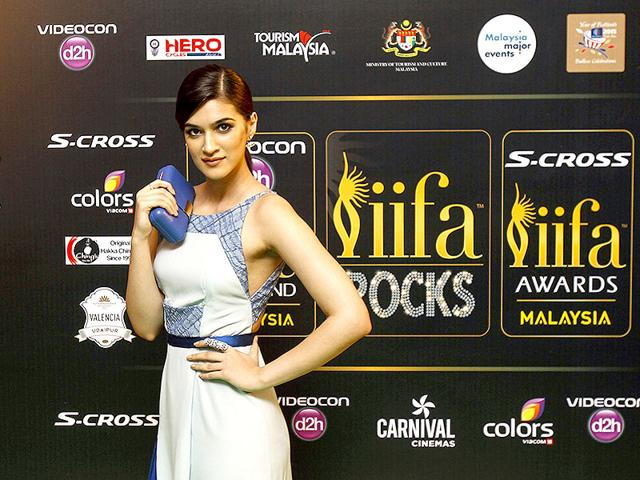 Kriti-Sanon-arrives-on-the-green-carpet-for-the-event-titled-IIFA-Rocks-AP-Photo
