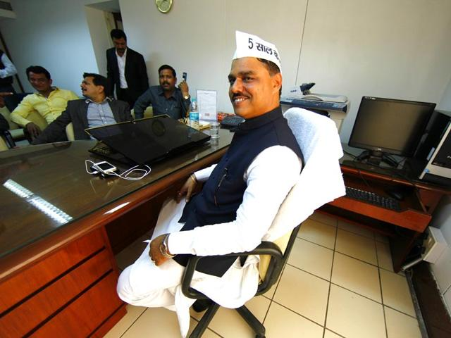 Delhi-law-minister-Jitender-Singh-Tomar-who-is-the-Tri-Nagar-MLA-in-a-police-car-on-his-way-from-AIIMS-to-the-Saket-court-that-ordered-him-in-police-custody-for-four-days-on-Tuesday-HT-Photo