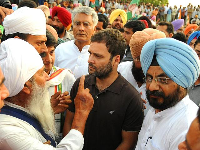 Congress-vice-president-Rahul-Gandhi-with-60-year-old-farmer-Surhit-Singh-extreme-left-in-Punjab-s-Sirhind-HT-File-Photo