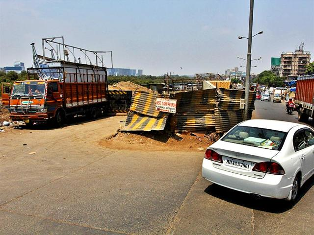 The-Sion-Mahim-Link-road-was-in-fairly-good-shape-but-a-portion-has-been-closed-for-repair-work-that-has-been-pending-for-few-years-Photo-Praful-Gangurde