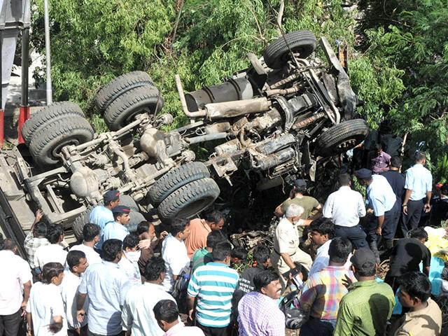 Pune highway accident,Speeding truck kills 6,Katraj-Dehu Road bypass