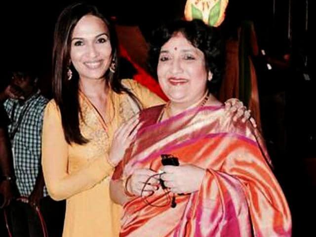 Latha-Rajinikanth-with-her-daughter-Soundarya-soundaryaarajni-Twitter