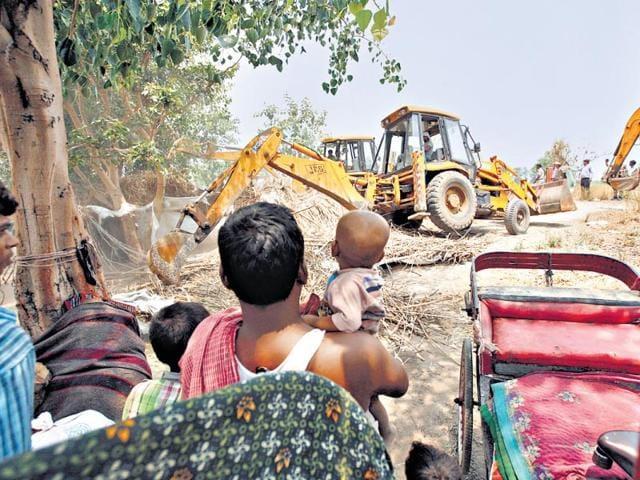 Illegal-huts-being-razed-in-Yamuna-Khadar-on-Tuesday-HT-Photo-Arun-Sharma