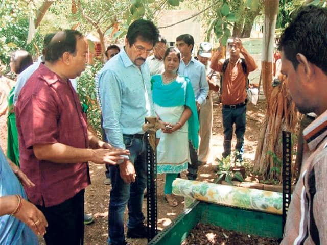 Prof-OP-Agrwal-shows-Gwalior-Municipal-Corporation-officials-how--Nirmalya-is-converted-into-biofertiliser-at-the-vermi-compost-unit-HT-photo