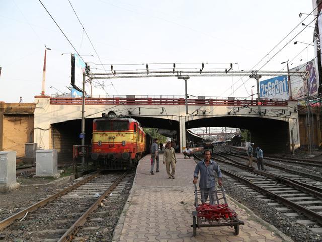 The-62-year-old-Shastri-Bridge-has-developed-cracks-over-a-period-of-time-Utsav-Jain-HT-photo