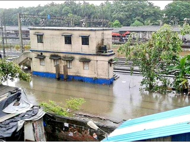 A waterlogged railway station in Mumbai (Photo by @kkorde01)