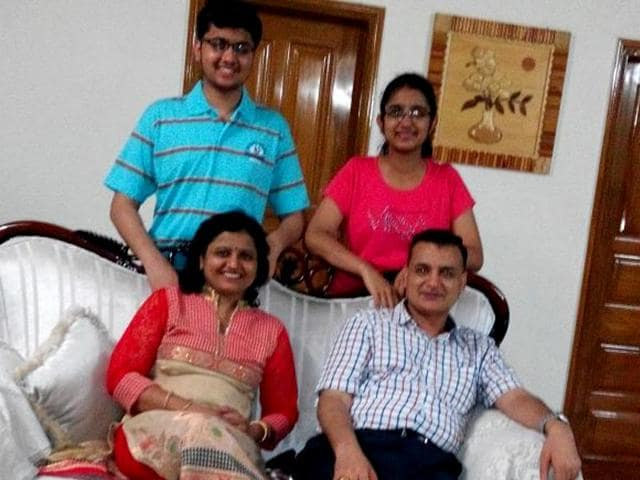 AIIMS-entarnce-test-topper-for-2015-Navsheen-Singhal-with-his-family-members-in-Hisar-Haryana-on-Friday-HT-Photo