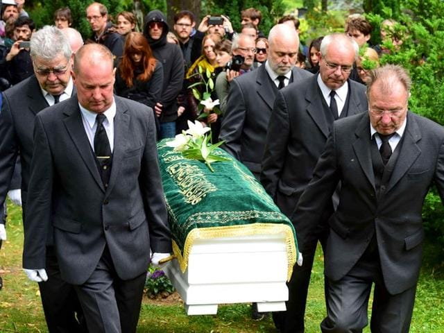 Pallbearers-carry-the-coffin-of-an-unidentified-Syrian-refugee-who-died-while-making-his-way-to-Germany-during-a-funeral-in-a-Berlin-cemetery-on-June-19-2015-AFP-Photo