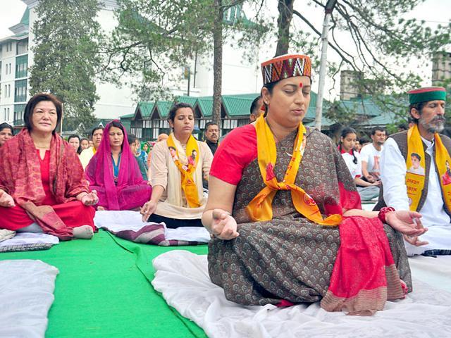 Smriti-Irani-takes-part-at-Yoga-Day-celebrations-being-held-at-Shimla-Santosh-Rawat-HT-Photo