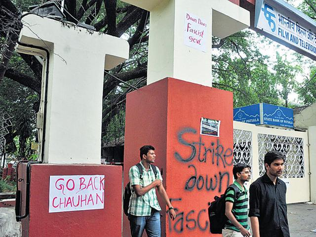FTII director,Captive,Students