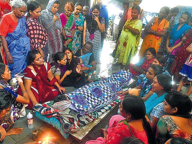 Relatives-of-Sugandha-Kardak-who-died-after-consuming-spurious-liquor-in-Malwani-mourn-at-her-funeral-at-Malad-in-Mumbai-Pratham-Gokhale-HT-photo