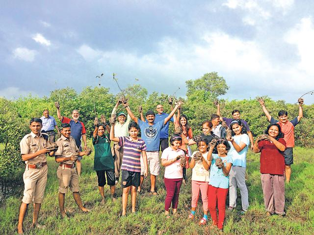 Members-of-Navi-Mumbai-Environmental-Protection-Society-along-with-schoolchildren-and-policemen-during-a-mangrove-plantation-drive-in-Navi-Mumbai-Photo-credit-NMEPS