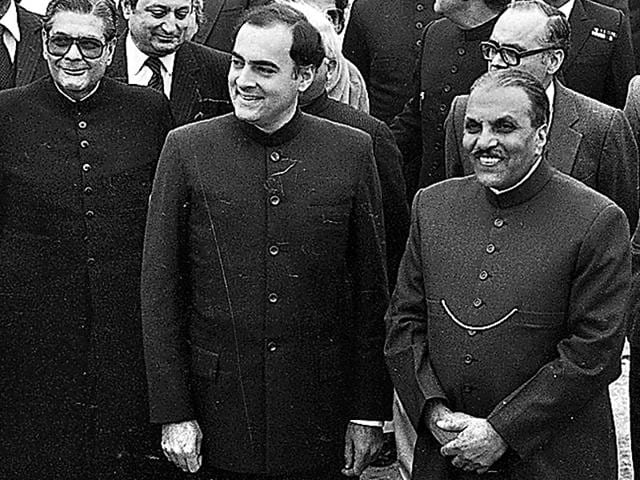 Former-PM-Rajiv-Gandhi-C-with-then-Pakistan-President-Zia-ul-Haq-R-at-the-Palam-airport-on-Decemeber-17-1985-HT-File-Photo