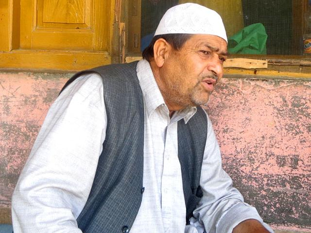 Mohammad-Ashan-Dar-father-of-Mehraj-ud-din-Dar-a-former-militant-killed-outside-his-home-narrates-the-incident-HT-Photo
