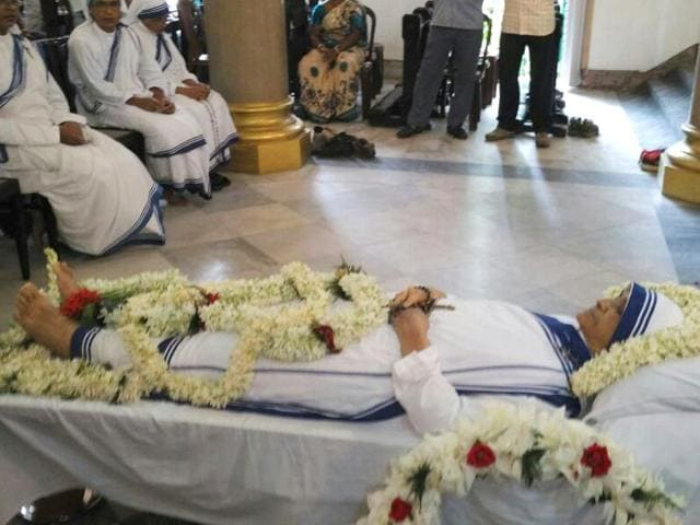 Sister-Nirmala-s-body-is-kept-at-St-John-s-church-near-Sealdah-for-the-people-to-pay-their-last-respects-to-the-nun-who-succeeded-Mother-Teresa-as-the-head-of-Missionaries-of-Charity-Subhankar-Chakravarty-HT-Photo
