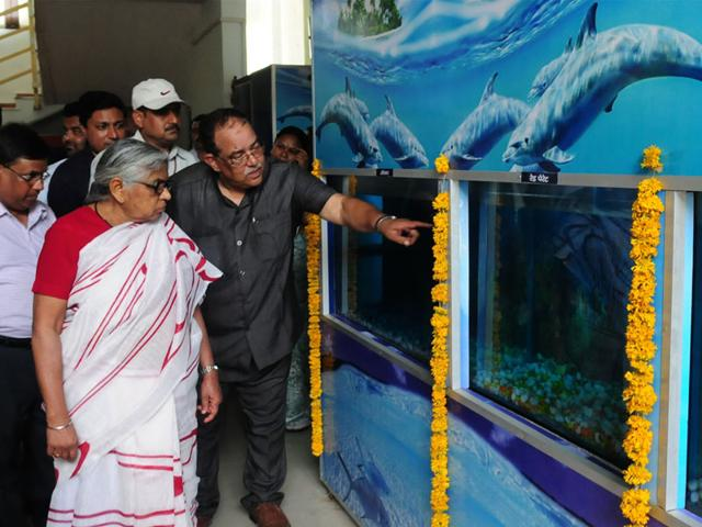 Fisheries-minister-Kusum-Mehdale-takes-a-round-of-the-new-aquarium-set-up-at-Bhadbhada-in-Bhopal-on-Tuesday-Mujeeb-faruqui-HT-photo