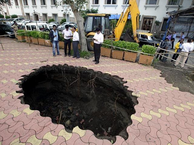 Cave-in,Minoo Desai Roadm South Mumbai,Footpath caved in