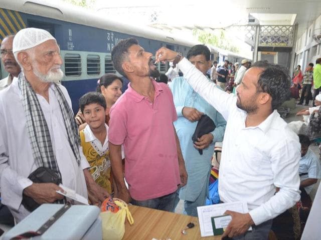 A-health-worker-administers-polio-vaccine-to-passengers-of-the-Samjhauta-Express-at-Attari-Railway-Station-near-Amritsar-on-Thursday-Sameer-Sehgal-HT