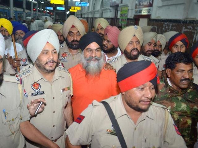 Gurdeep-Singh-Khera-being-brought-in-to-Amritsar-under-heavy-security-Sameer-Sehgal-HT-Photo