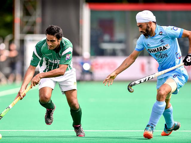 Pakistan-s-Rasool-Shafqat-vies-with-India-s-Gurmail-Singh-in-the-group-stage-match-of-the-World-Hockey-League-Semifinal-in-Brasschaat-on-June-26-2015-AFP-Photo