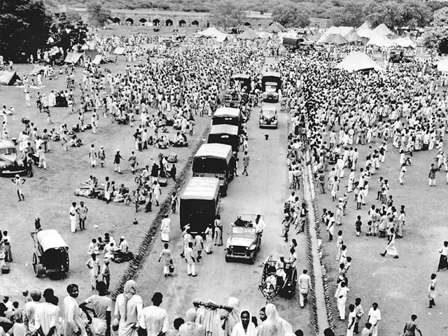 Muslims-leaving-for-Pakistan-in-September-1947-wait-for-protected-transport-to-Purana-Qila-where-many-refugees-had-gathered