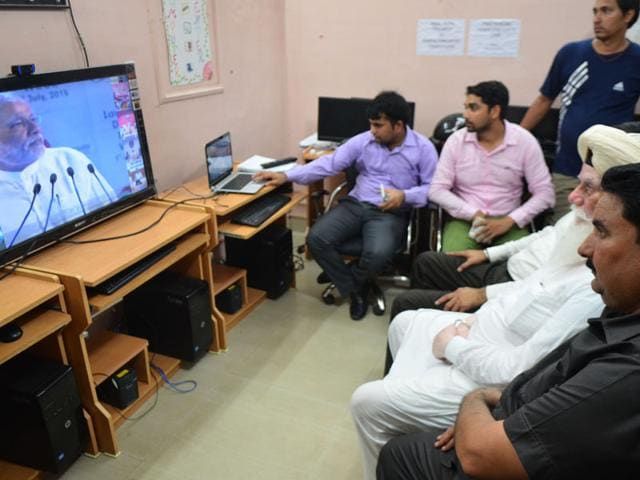 Daria-village-sarpanch-Gurpreet-Singh-and-others-waiting-for-the-video-conference-with-PM-Narendra-Modi-at-Dhanas-Karun-Sharma-HT