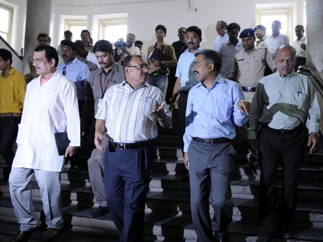 Chief-Secretary-Anthony-De-Sa-second-from-left-inspects-the-Maharaja-Yeshwant-Rao-Hospital-with-divisional-commissioner-Sanjay-Dubey-in-Indore-on-Wednesday-Arun--Mondhe-HT-photo
