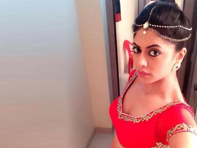 Kavita-Kaushik-taking-a-selfie-ont-the-sets-of-Jhalak-Dikhhla-Jaa