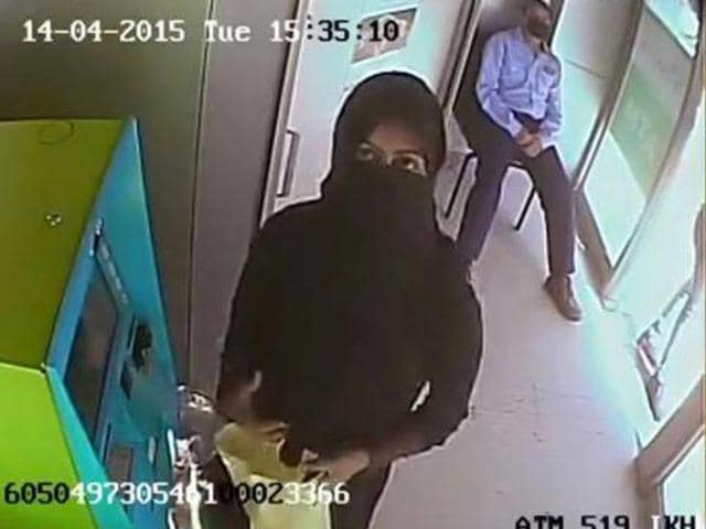 A-burqa-clad-woman-who-fraudulently-withdrew-money-from-ATM-in-Kashmir-has-put-regional-and-national-banks-in-a-religious-dilemma-HT-Photo