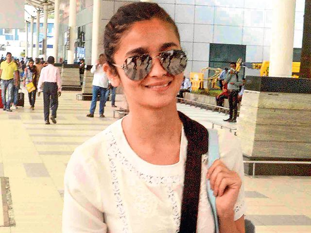 Alia-Bhatt-smiles-for-cameras-at-the-Mumbai-airport-Photo-Yogen-Shah